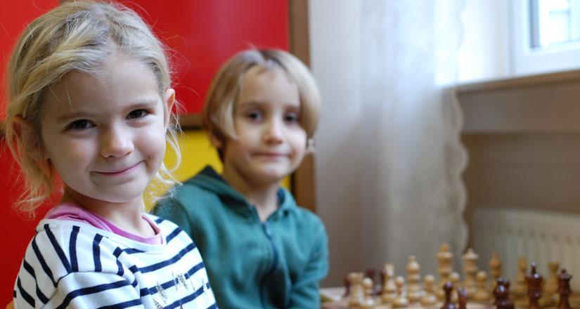 Otfried-Preussler-Schule_Kinder_beim_Schach_spielen