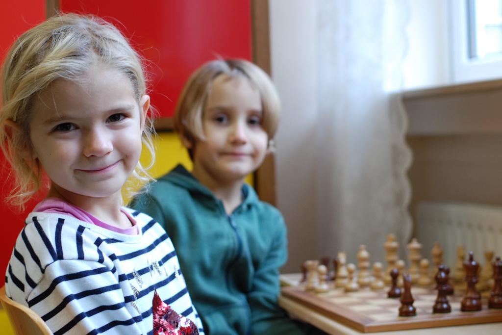 Otfried-Preussler-Schule_Kinder_spielen_Schach